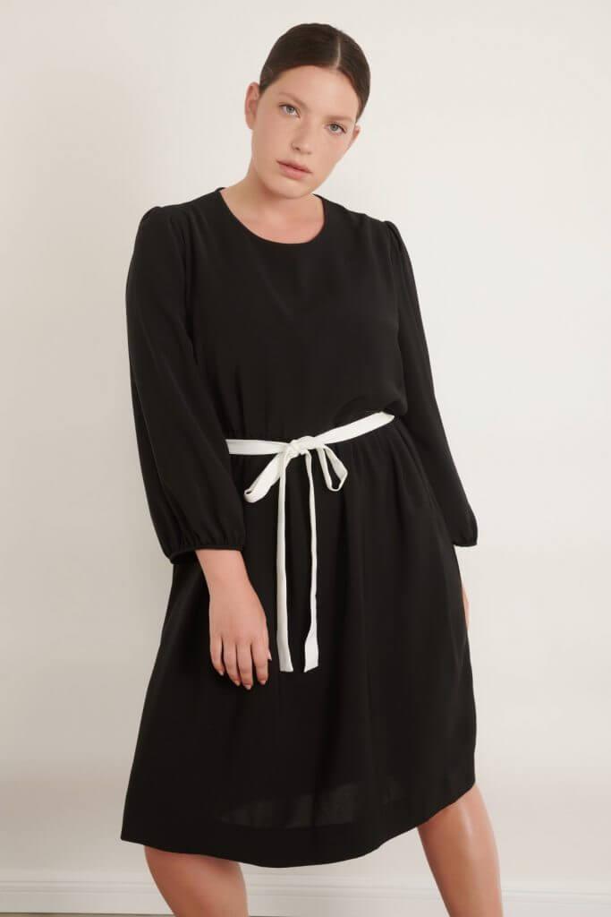 1012 big black שמלה שחורה עם שרוולים תפוחים וחגורה