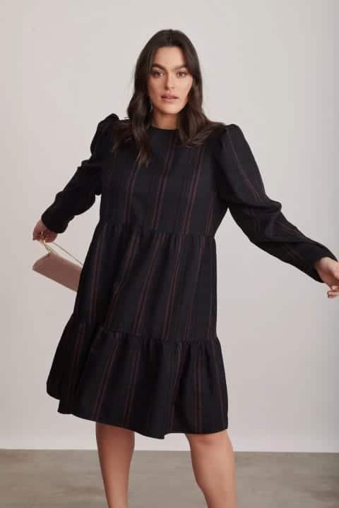 1326 שמלת קומות משובצת שחור ורוד