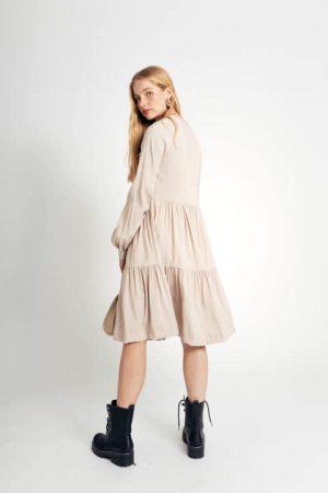 שמלת טנסל עם תיפורי כפלים בחזה - בז' 001