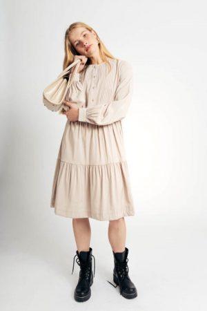 שמלת טנסל עם תיפורי כפלים בחזה - בז' 008
