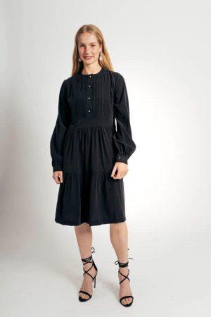 שמלת טנסל עם תיפורי כפלים בחזה - שחור 001
