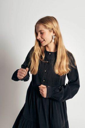 שמלת טנסל עם תיפורי כפלים בחזה - שחור 013